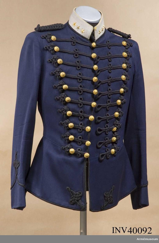 Grupp C I. Uniformen består av attila, långbyxor, ridbyxor och knutskärp. För AMV:s artilleriryttartropp.