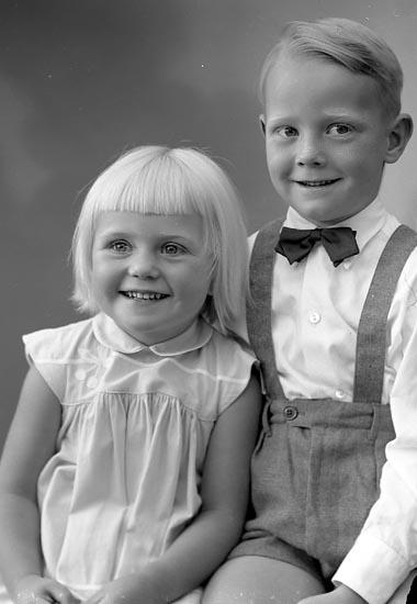 """Enligt fotografens journal nr 8 1951-1957: """"Werner, Fru Maren Stenungsön Stenungsund""""."""