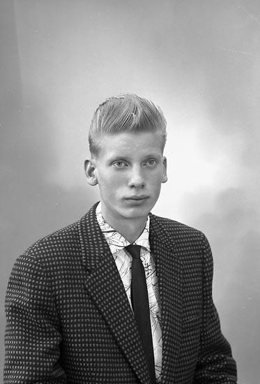 """Enligt fotografens journal nr 9 1958-: """"Pettersson, Herr Erik, Haga, Stenungsund""""."""