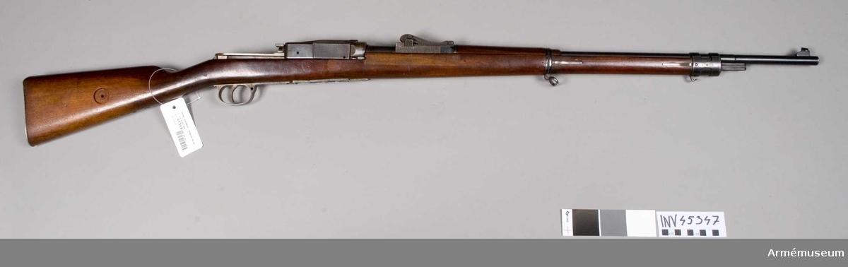 Grupp E IV e. Tyskt armégevär, Mauser ändrat till automatgevär enligt Sjögrens  konstruktion. Tillverkningsnummer 6381 a. Lacksigill på kolvens vänstra sida.