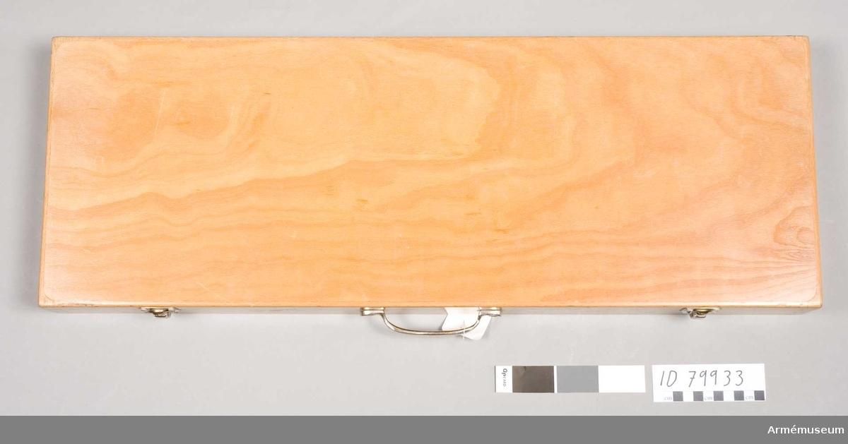 Grupp E IV.  Tillbehör består av 2 st magasin, läskstång, oljedosa, pensel,  bärrem, etui av trä.