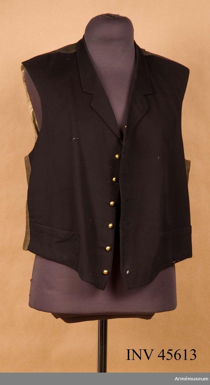 Grupp C I.  Ur uniform för auditör bestående av syrtut, kavaj, ridbyxor, väst, mössa, skjorta, stärksaker, svart rosett, stövlar med sprorrar, koppel.