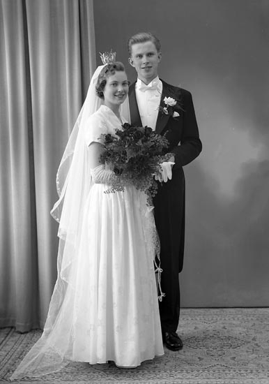 """Enligt fotografens journal nr 8 1951-1957: """"Alfredsson, Ingeniör Bo, Bromsg. 25 D Kiruna""""."""