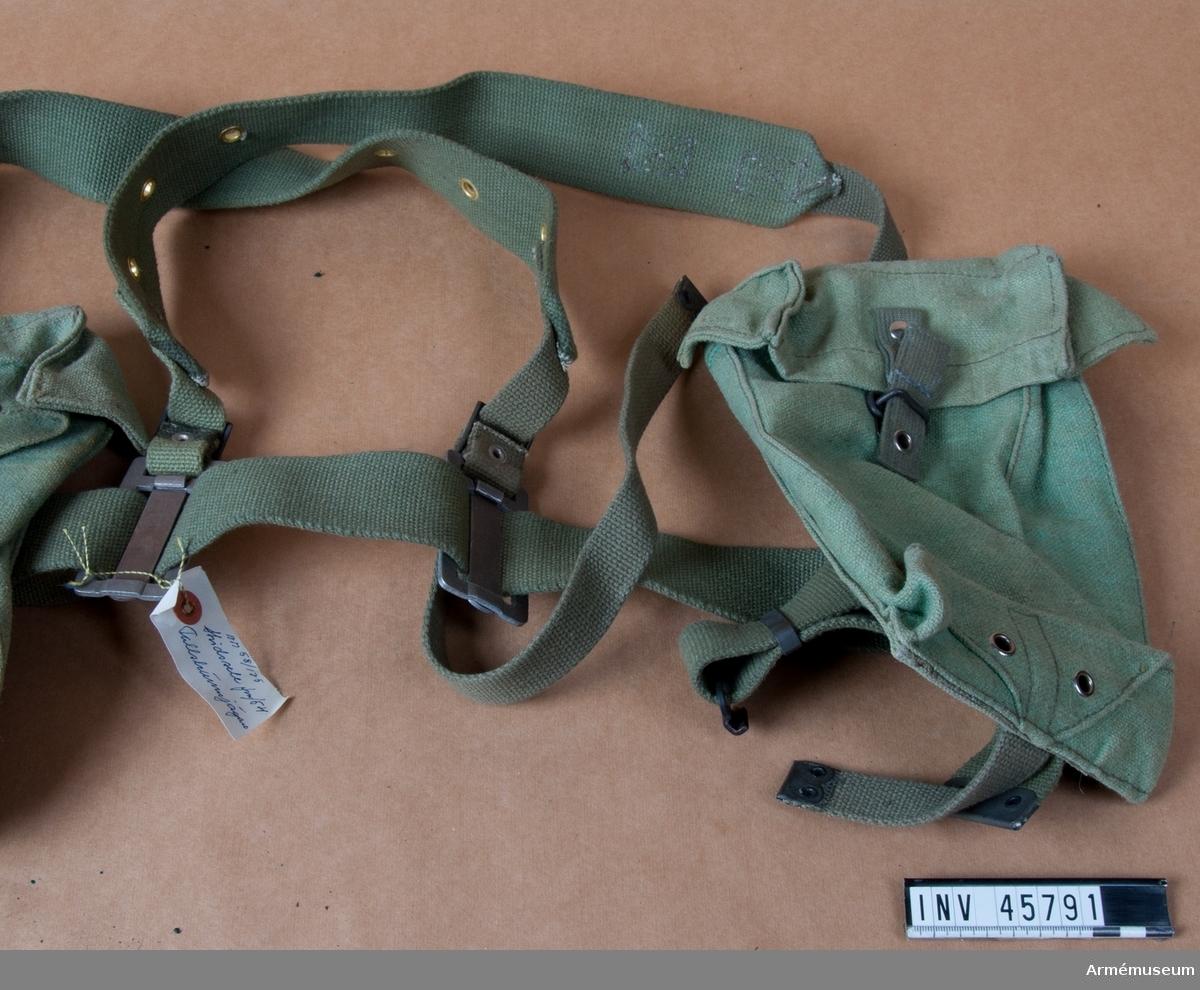 Grupp C I. Ur fallskärmsjägareuniform bestående av rock, stridsblus, byxor, sommarmössa, baskermössa, stålhjälm, skyddshjälm, marschskodon, två större ryggsäckar med mesar, stridssele, bälte, hängsle med sölja, två packfickor, mindre ryggsäck med två bärremmar, sidväska med bärrem, stridssele med två axelremmar, bärsölja, livrem, spänne, två enhetsväskor.