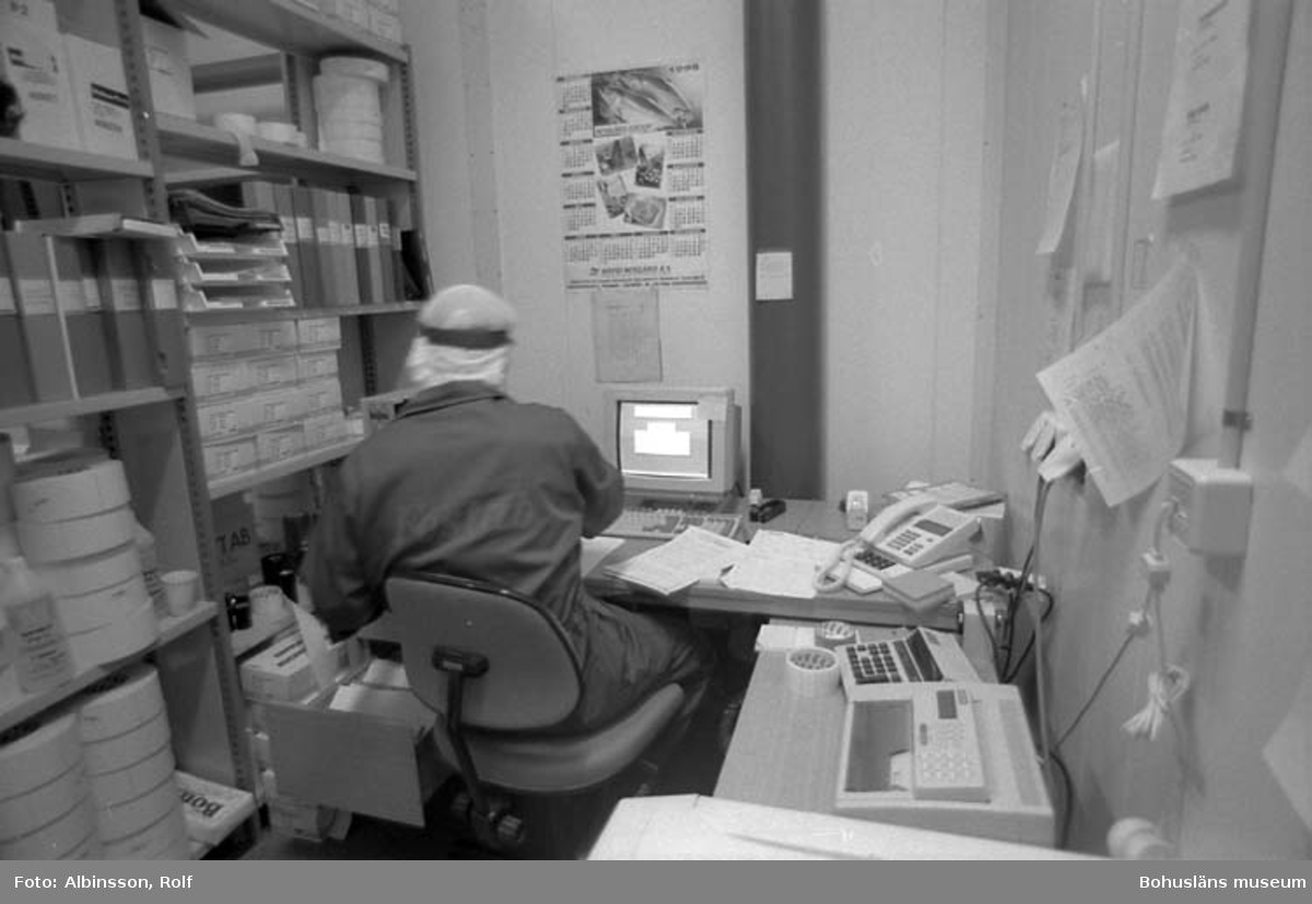 """Enligt fotografens noteringar: """"Nu är jag inne i det som på ritningen kallas för KONTOR/ETIKETTER. Hans Svensson sitter med ryggen mot mig och arbetar vid datorn."""" Fototid: 1995-11-16."""