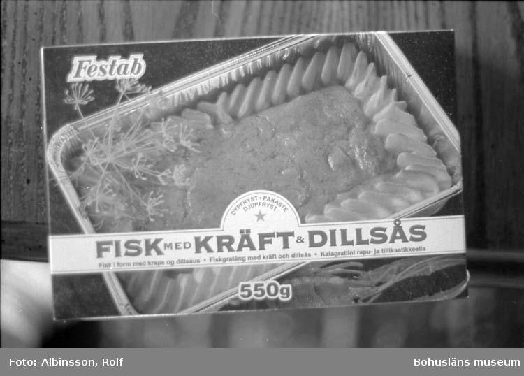 """Enligt fotografens noteringar: """"Festab kartong, en av gratängerna."""" Text på kartongen: """"FISK MED KRÄFT & DILLSÅS.""""  Fototid: 1996-04-23"""