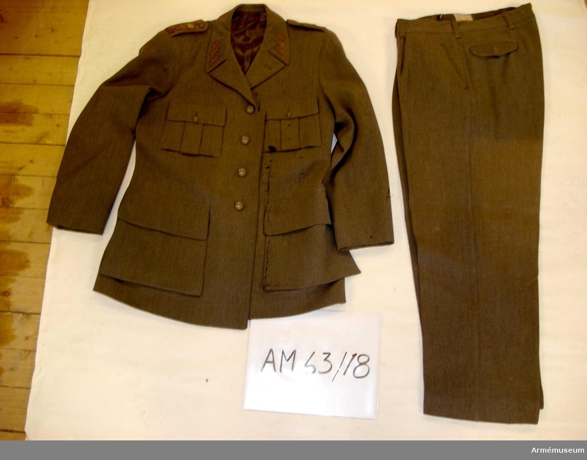 Grupp C I.  Ur uniform m/1939 för generallöjtnant, bestående av vapenrock,  långbyxor, skärmmössa, skärp, livrem.