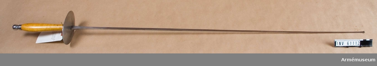Grupp D III.  Klingans bredd är 13 mm och blir avsmalnande mot klingspetsen.  Parerplåtens bredd är 81 mm och höjden 109 mm.Kaveln är av slät, betsad björk. Parerplåten är av järn, övre  sidan är svärtad, undre är blank, på undersidan förstärkt med en  parerstång. Lådknoppen är av järn och nitad.