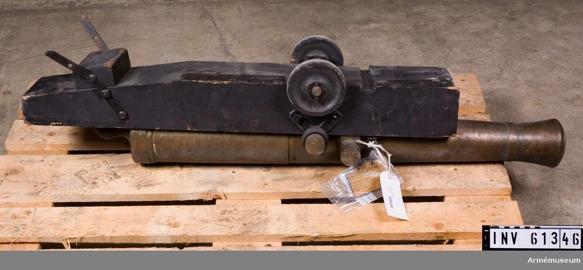 Grupp F I.  Modell av 48-pundig kanon i Linzerlavett med släpa. Skala 1/4 Av Ehrensvärds system, men i och för anställande av försök med 4 tappar samt apterad i en så kallad Linzerlavett med släpa av år 1829. Som själva kanonen med all säkerhet fanns redan 1820 och sannolikt långt dessförinnan, har Linzerlavetten i och för försöks anställande särkilt för denna apterats. Försök med  bombkanoner i Linzerlavett utfördes i Sverige 1829.