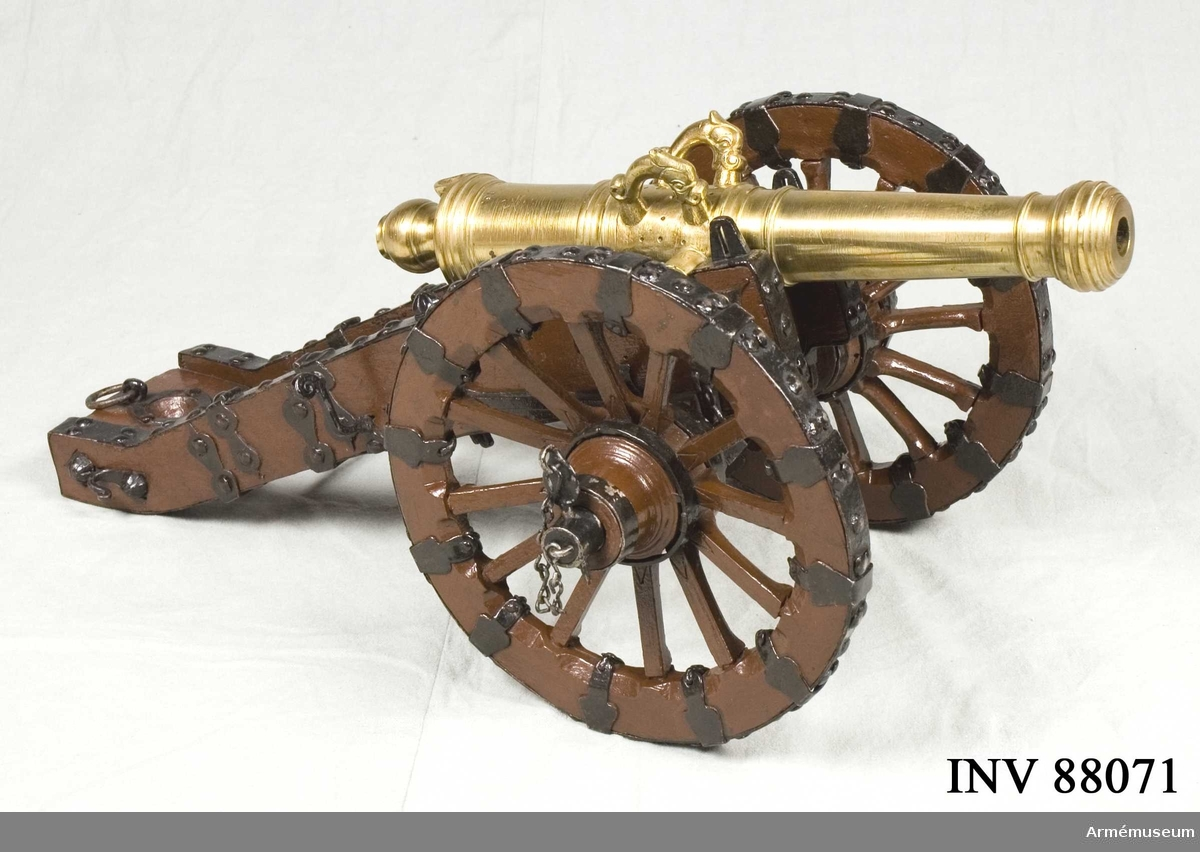 Grupp F I. Modell av 6-pundig kanon. Skala 1/6. Samhörande i modellen är eldrör, lavett, riktkilar, kombinerad viskare och rättare, riktspak. Inslaget är nr 13.