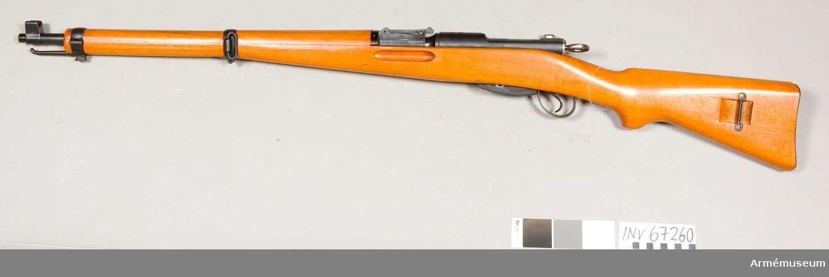 Består av: 1 gevär, 1 gevärsrem, 1 kornskydd. Kaliber: 7,5 mm.