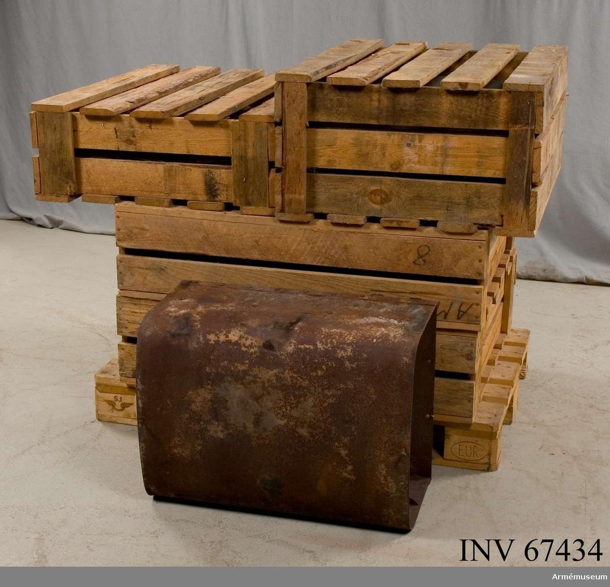 Restaurangspis från officersmässen i Marma läger. Inpackad i tio st trälådor.  Låda nr 1: 2 mellanhällor, 4 överhällor.  Låda nr 2: 2 stekplåtar, 2 överhällar, 10 räckekonsoler, 2 luckramar, 1 asklåda.  Låda nr 3: 2 överhäll, 4 spisringar, 1 asklåda. Låda nr 4: 2 ugnsframstycken, 2 sidostycken.  Låda nr 5: 2 sidostycken, 4 hörn, 2 sidomellanstycken, 2 spjällvred, 2 vred till roster.  Låda nr 6: 1 ugnslåda, 1 golvram. Låda nr 7: 1 ugnslåda, 1 golvram.  Låda nr 8: 1 bakstycke, 1 underplåt, 2 eldstadssidostycken, 1 eldstadsunderdel med roster, 2 askugnsplåtar (botten), 1 spisfront, 1 luckhandtag, 1 spjällaxel med kugghjul.  Låda nr 9: 2 eldstadssidor, 1 eldstadsbotten med roster, 2 askugnsbottnar, 1 spisbaksida, 1 bottenplåt, 1 spjällaxel med drev, 1 spiskrok, 1 spisraka, 1 spisfront, 1 luckhandtag.  Låda nr 10: ram till överhäll.