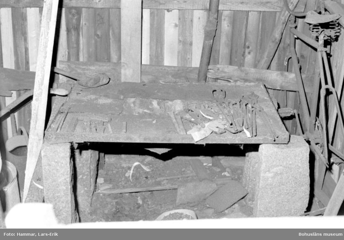 """Motivbeskrivning: """"F.d varv i Skredsvik, Bottnafjorden. Interiör från smedjan. På bilden syns smidestänger."""" Datum: 19800717"""