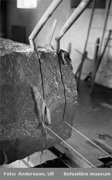 """Bohusläns samhälls- och näringsliv. 2. STENINDUSTRIN. Film: 57  Text som medföljde bilden: """"Sågning med wire""""."""