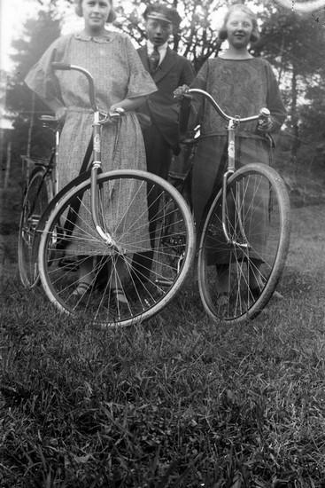 Ungdomar på cykelutflykt