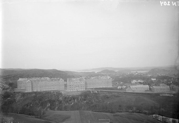 """Enligt senare noteringar: """"Vy över Bohusläns regemente och Uddevalla stad från öster."""""""