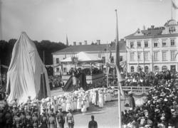 Invigning av dubbelstaty  på Kungstorget i Uddevalla den 31