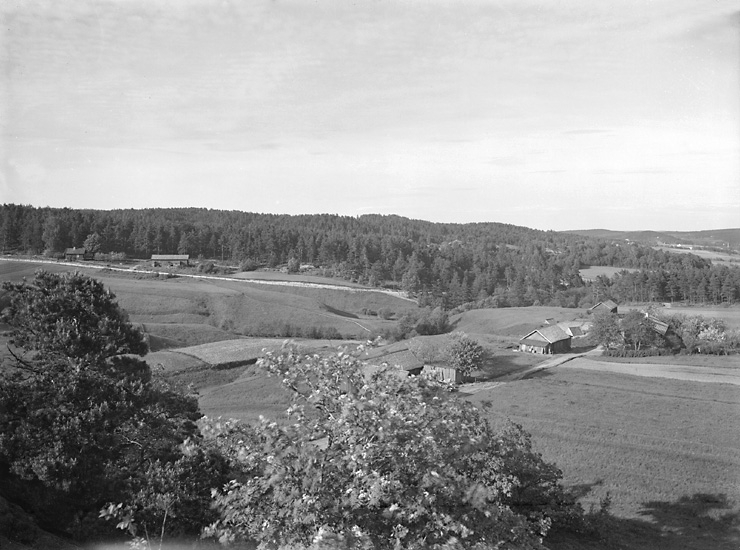 """Enligt tidigare notering: """"Landskap med gård."""""""