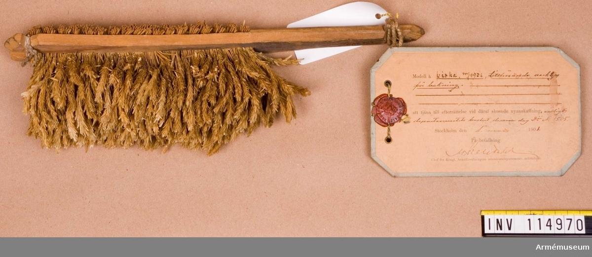 """Text på vidhängande modelllapp: """"Modell å viska m/1901 tillhörande verktyg för bakning att tjäna till efterrättelse vid deraf skeende nyanskaffning enligt departementets beslut denna dag Dii No 1505. Stockholm den 1 mars 1901"""""""