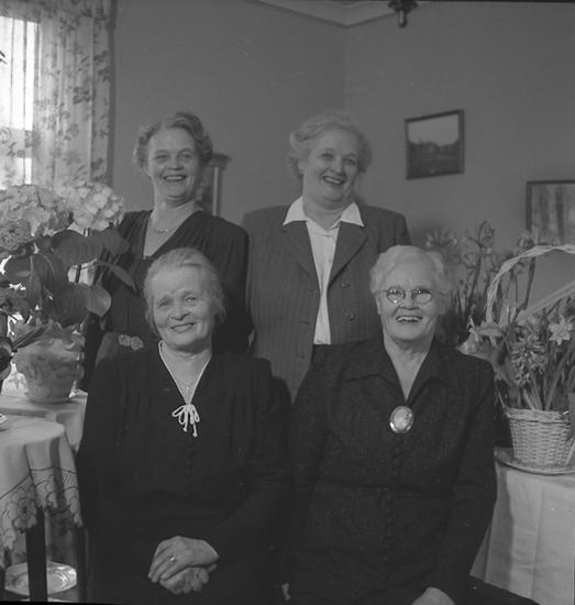 """Text till bilden: """"Fru Axelina Hedlund, Vallbog 50. 70 år. 1947.04.20""""."""