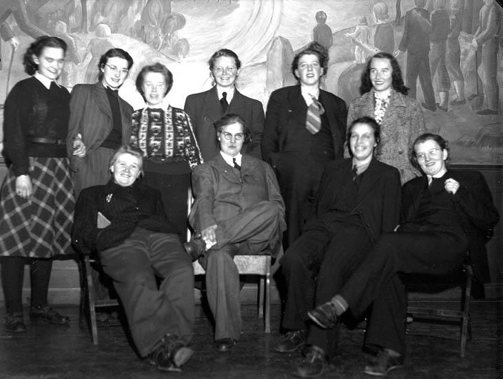 """Text till bilden:""""Gruppbild. V. U. Skolan 21/2 1942""""."""