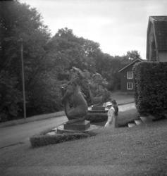 Två lejon med sköldar, skulpturer av nedanför huvudentrén på