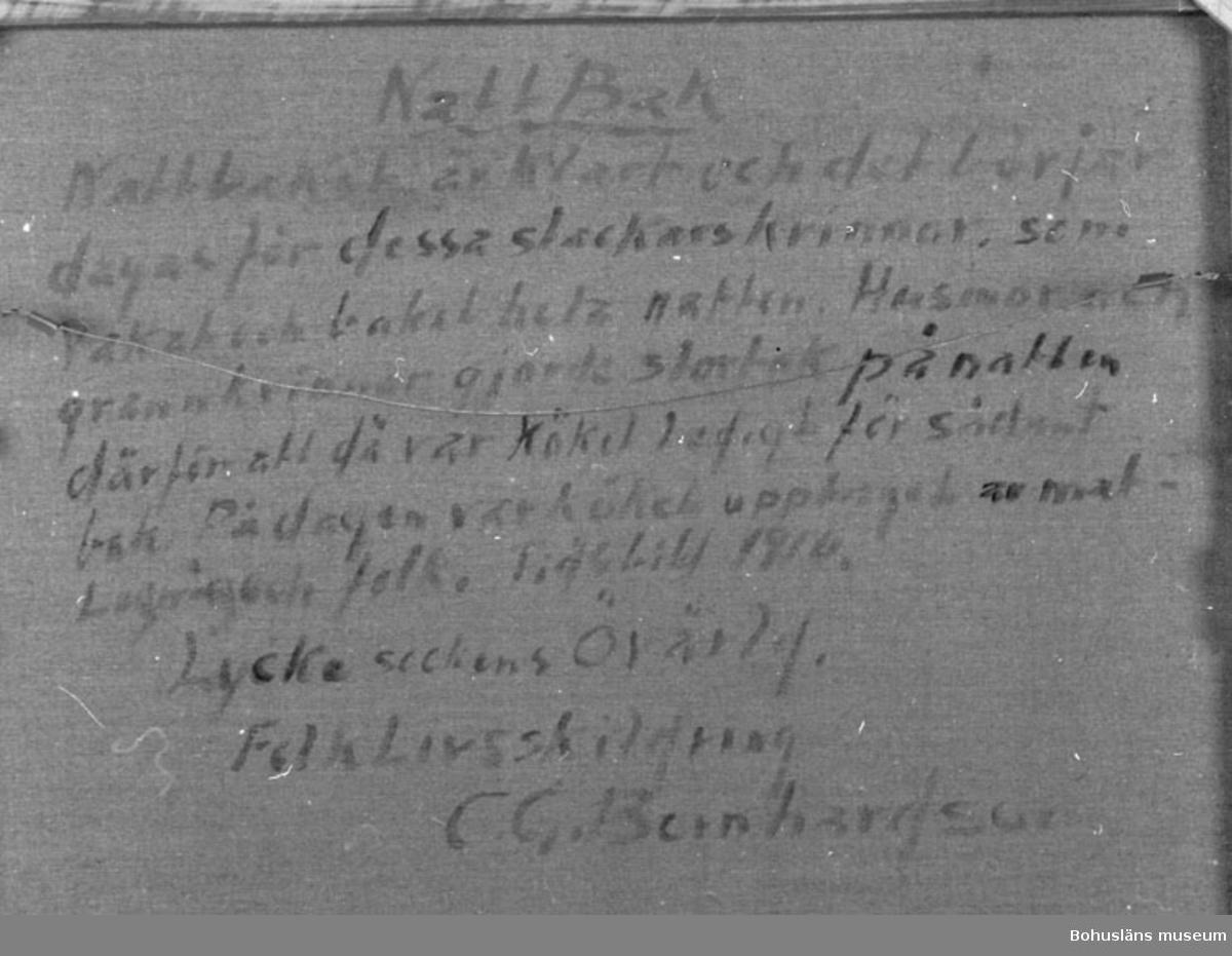 """Målningen visas  i basutställningen Bernhardsonrummet, Bohusläns museum, Uddevalla.  Baksidestext:  """"NattBak. Nattbaket är klart och det börjar dagas för dessa stackars Kvinnor, som Vakat och bakat hela natten. Husmor och grannkvinnor gjorde storbak på natten därför att då var Köket Ledigt för sådant bak. På dagen var Köket upptaget av matlagning och folk. Tidsbild 1910. Lycke sockens Övärld. FolkLivsskildring C.G. Bernhardson.""""  Litt.: Bernhardson, C.G.: Bohuslänsk sed och folktro, Uddevalla, 1982, sid. 123.  Titel i boken: Nattbak.  Övrig historik; se CGB001."""
