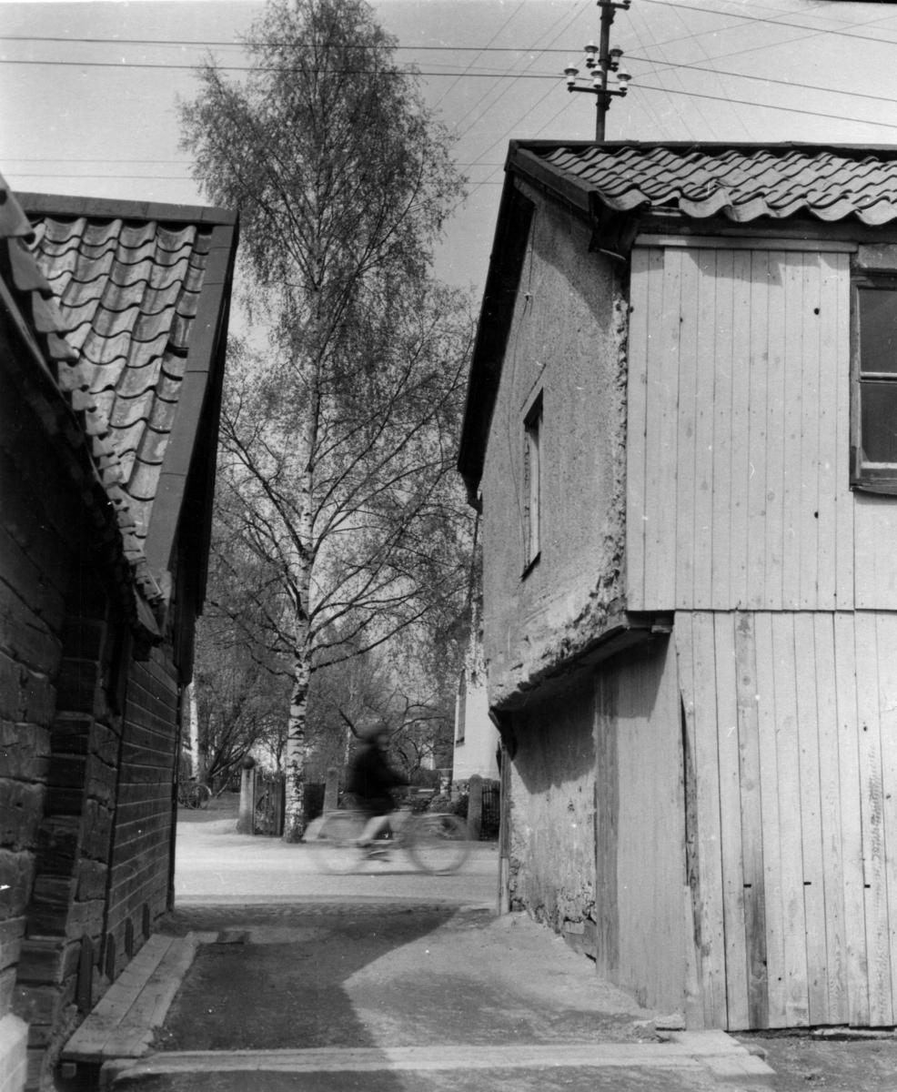 Enköping, infart till kvarteret Krämaren nr 8 i gräns mot nr 9, Västra Ringgatan 27, inifrån gården mot nordväst