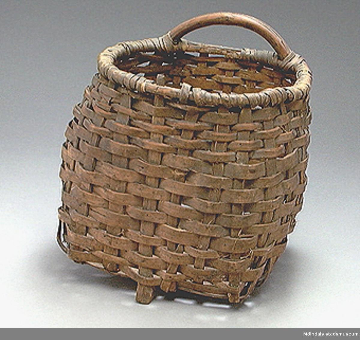 Djup rund av vidjor flätad korg med stomme (ben) och grep av böjd gren.