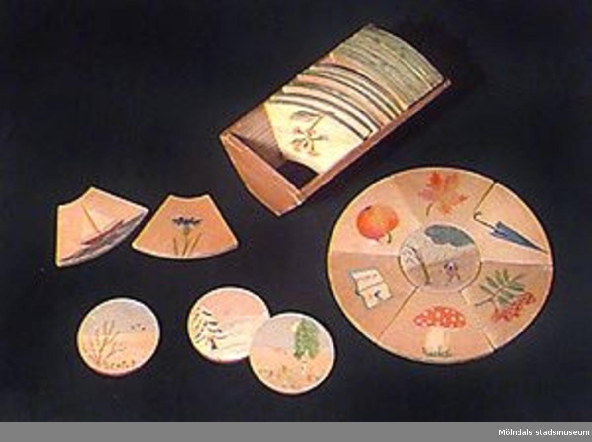 Spelet består av fyra runda plattor, var och en med ett motiv som symboliserar någon av årstiderna. Kring varje platta skall läggas sex plattor med påmålade föremål, som har med årstiderna att göra. För två eller fyra spelare.Mått: Varje färdiglagd ring är 206 mm i diameter. Kryssfanéret är 7 mm tjockt.