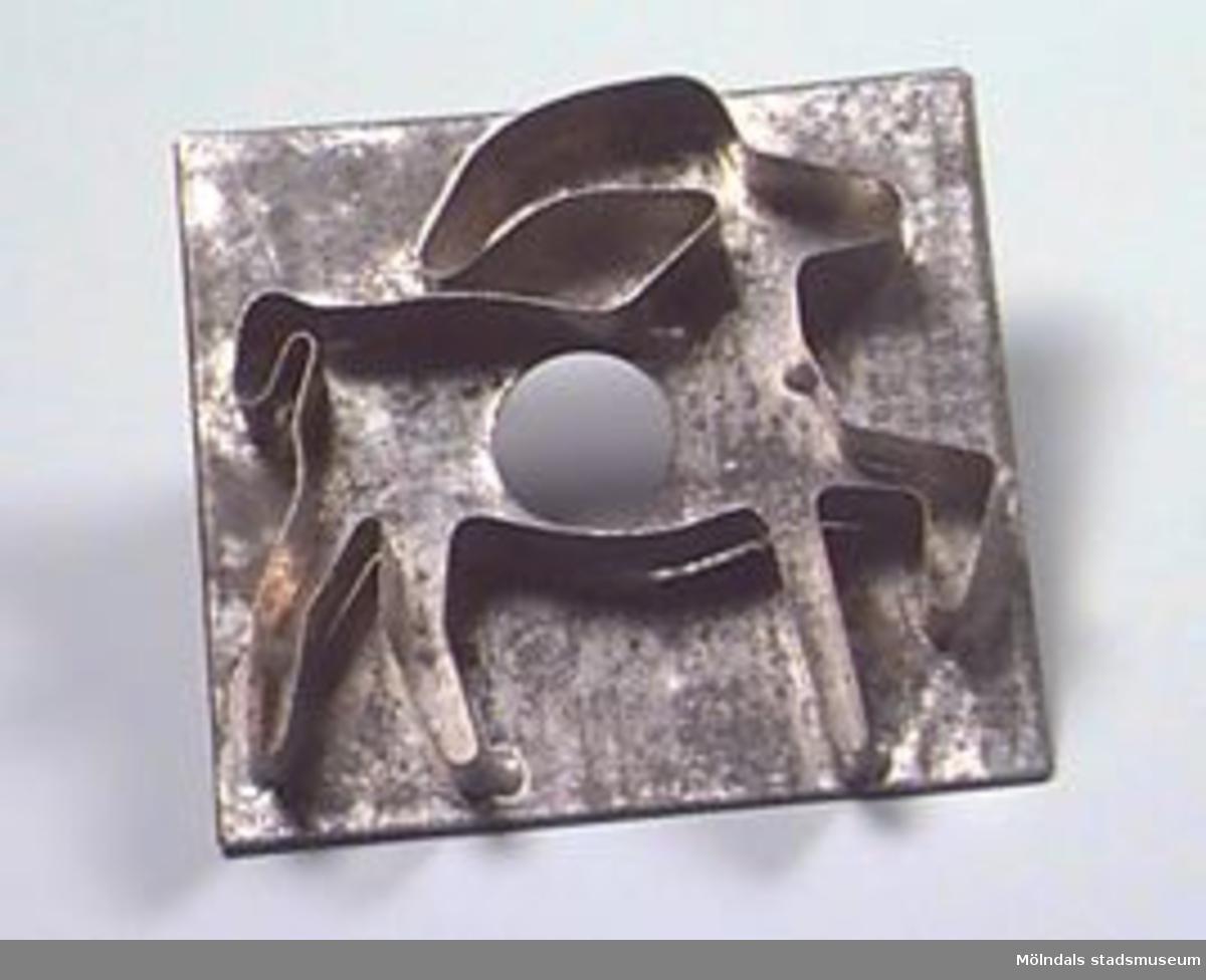 Kakform i form av bock, lödd på platta.Efter brukarens dvs moderns död använd av dottern/givaren.Flyttade från Hjo till Mölndal 1929.