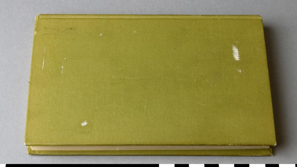 """Almanacka, helklotband, """"Almanack för alla 1931"""", tyrckt och utgiven av Nordstedt & Söner 1930.  Bandet med blindpressad och guldornerad rygg och pärmen. Främre pämren med guldornerad och blindpressat figurativt motiv."""