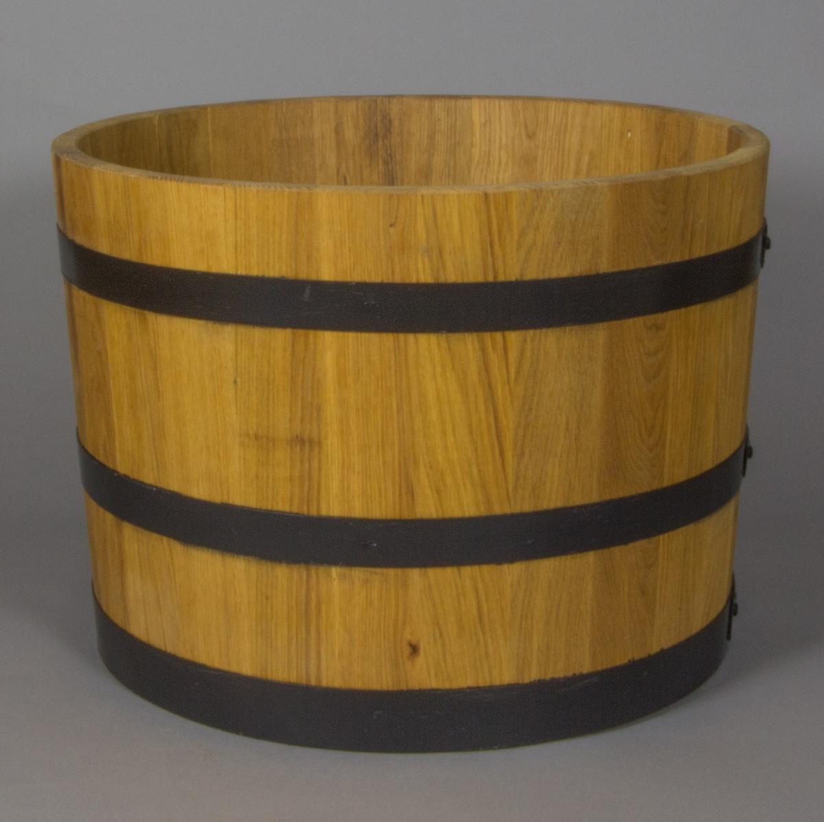 Kar tillverkat i trä, laggkärlsteknik, med tre nitade metallband.