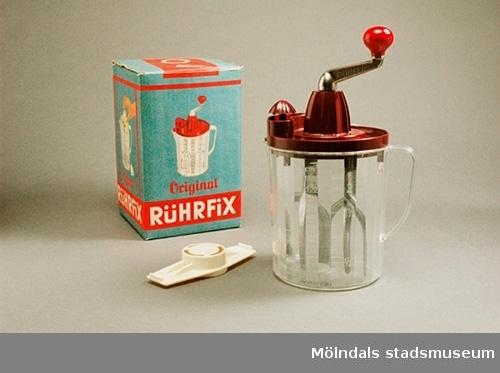 Rührfix citronpress med handdriven visp. Tillbringare av plast med mått, volym 1 liter. Tillbehör: en liten äggdelare. Allt i sin originalförpackning. Bifogat receptförslag på tyska.
