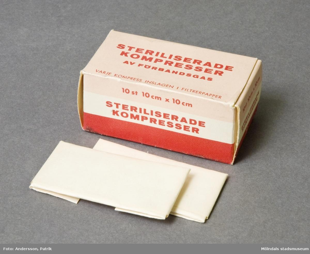 Sterila kompresser av förbandsgas. Varje kompress är inslagen i filtrerpapper och förpackad i ett pappersark.