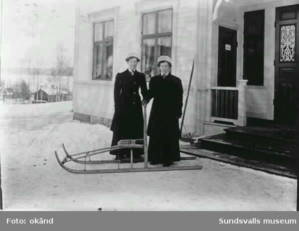Två kvinnor på gårdsplan med en spark.