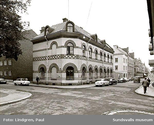 Rådhusg 28. Här fanns Hantverksföreningens Tekniska Afton- och Söndagsskola, senare Yrkes och lärlingsskolan. Under många år fanns här också Sundsvalls stadsbibliotek.