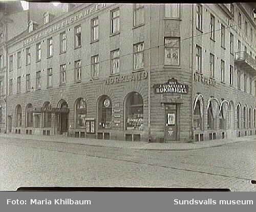 Sunessons Bokhandel. Handelsbankens fastighet i hörnet Storgatan - Vängåvan