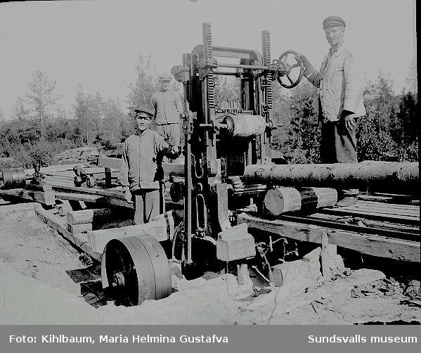 Tre män vid en ramsåg.