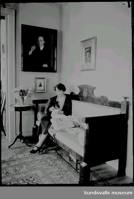 Interiör från Villa Marieberg. Troligen Ando Wikströms hustru Estelle.