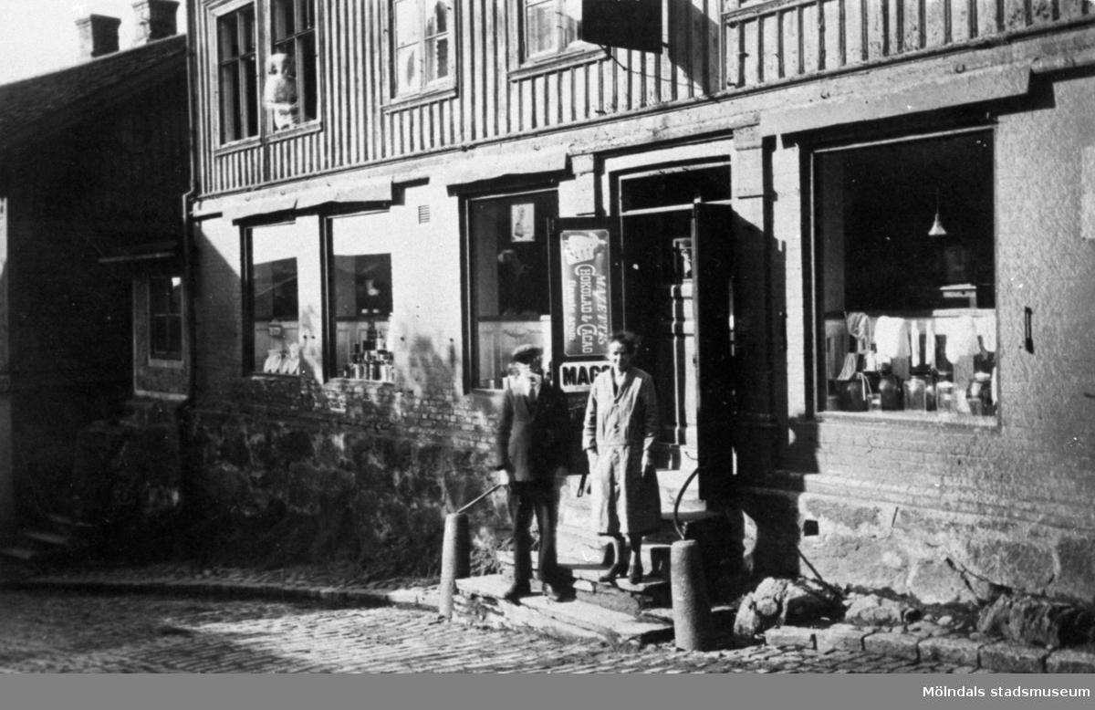 """Örns affär vid """"Kråkan"""" i Mölndal. Vid ingången, på trappan står en man och en kvinna (som troligen arbetar i affären)."""