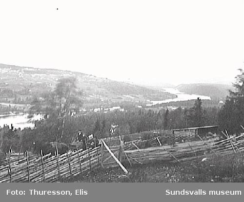 Vy från Bispgården, Ragunda. Ett sällskap anländer med häst och vagn.