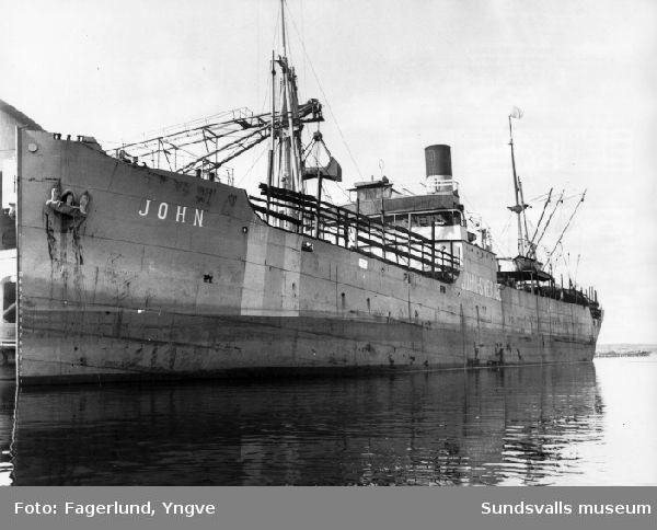 """Den första båten med koks, """"John - Sverige"""" har anlänt till Stockviksverken, Njurunda."""