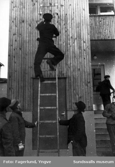 Brandskyddskurs för Stockviksverkens anställda i Härnösand. Här ses stegövning.
