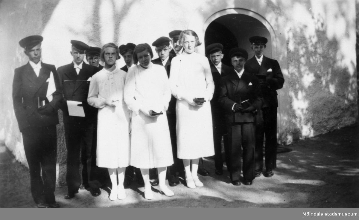 Konfirmander från Stretered skolhem, fotograferade utanför Kållereds kyrka 1942.