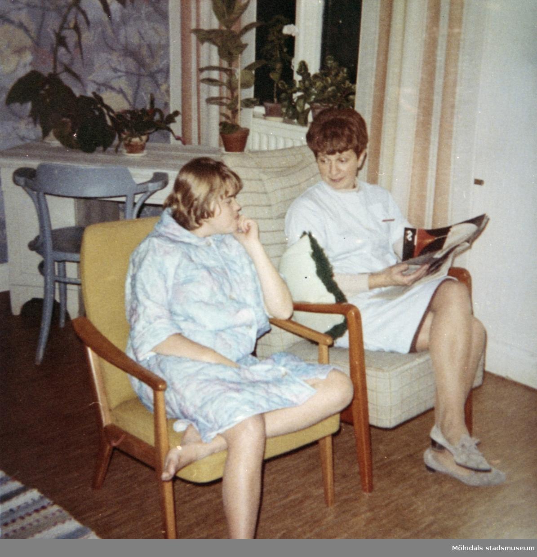 Elev och personal i vilostund på Stretered under 1970-talet.Den tidningsläsande kvinnan är Birgitta Franzén som var anställd vid Skolhemmet Stretered 1954-1993.