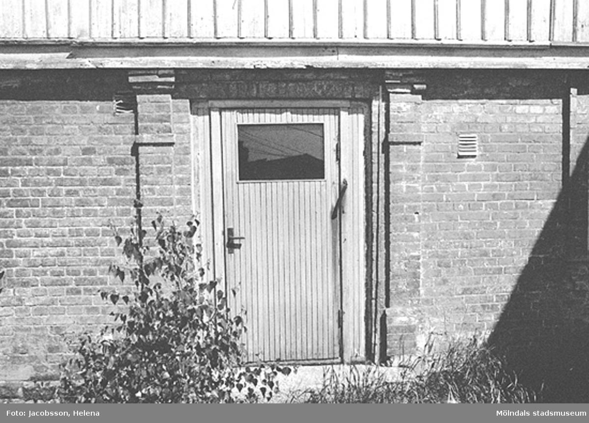 Dörr på bostadshus på Roten M 27 i Mölndals Kvarnby, 1972.