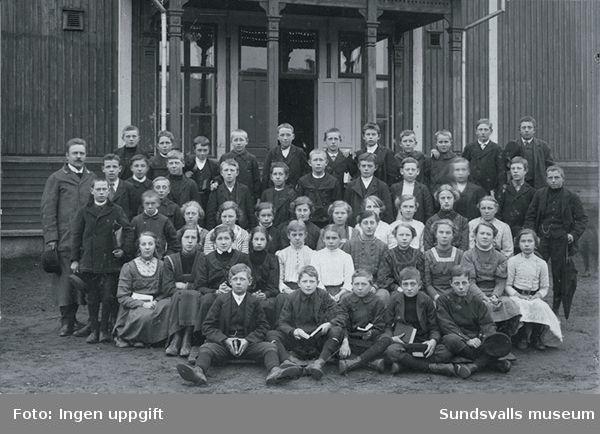 Konfirmationskort taget vid Skönsmons skola. Prästen heter Nordlöv. Längst till höger med paraply Viktor Wikner, född 1890.