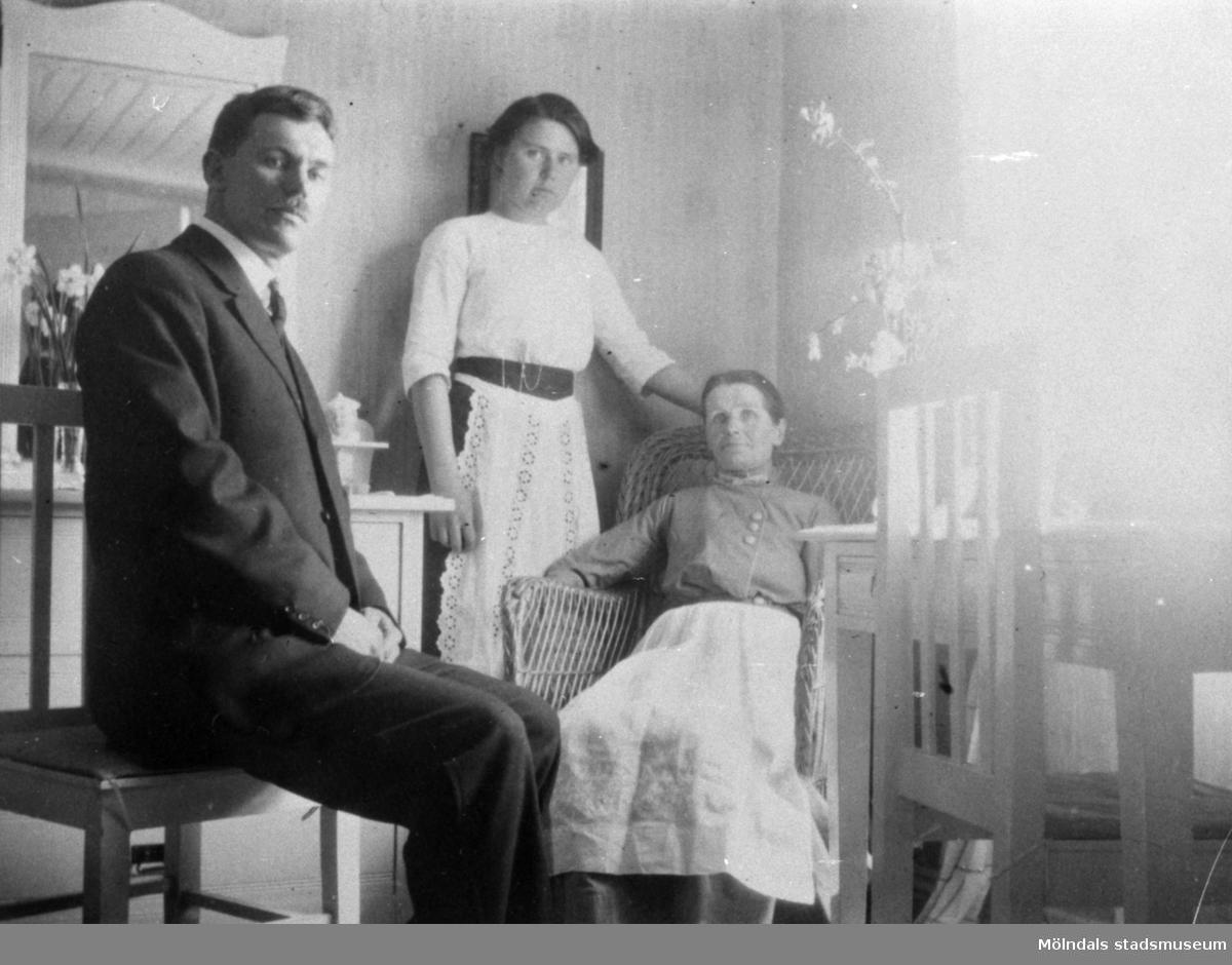 Ur Valdeborg Johanssons fotoalbum. Sittande mostern Josefina Eriksson och en släkting från Amerika. Stående Valdeborg Johansson. Bilden är tagen i Nårunga i Västergötland, där hon var lärarinna. 1910-tal.