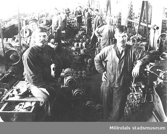 Uppställning för fotografen i en metallverkstad i början av 1900-talet. Okänd ort.